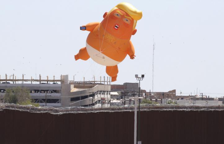 Con un Trump bebé gigante protestan contra la visita del mandatario de EU a Calexico