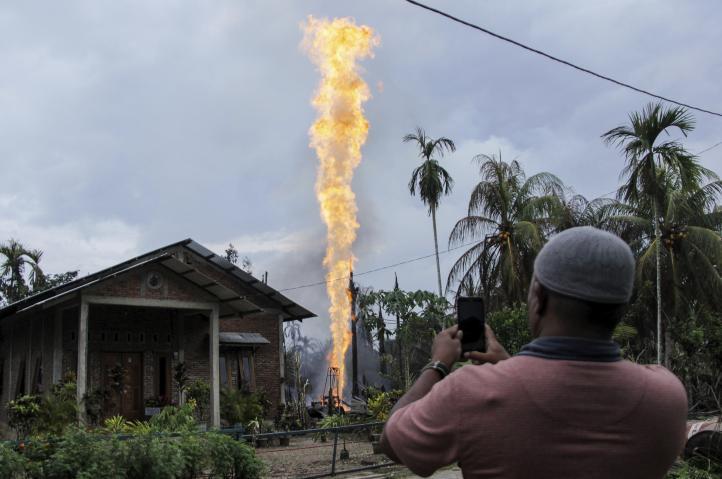 Incendio en pozo de petróleo deja 18 muertos en Indonesia