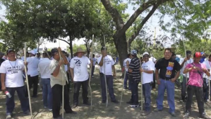 Autodefensas en Apatzingán protestan contra desarme