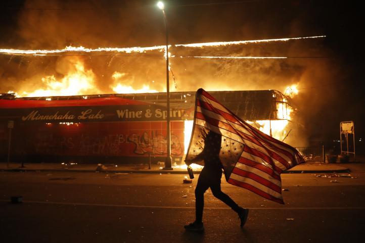 Incendian estación de policía durante protesta en Minneapolis