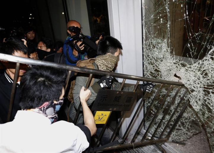 Activistas y policías chocan en Hong Kong, hay seis detenidos