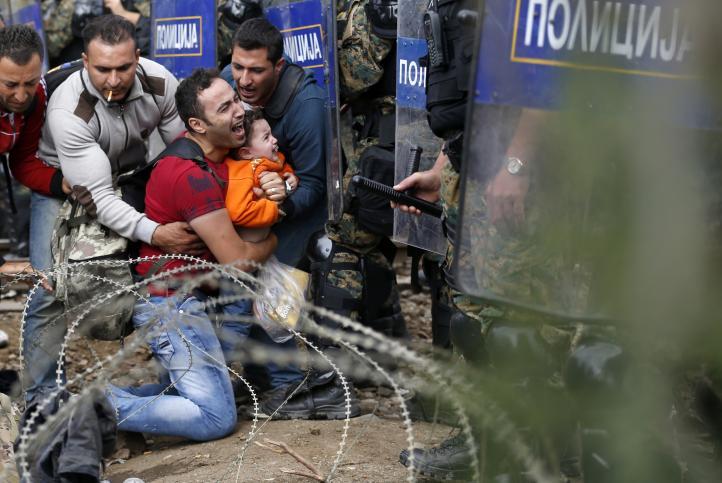 Usan granadas aturdidoras contra migrantes en Macedonia